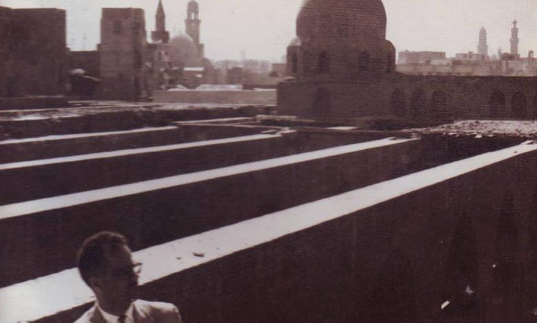 صورة يوسف الدبيسي أمام جسور سقف مسجد الحاكم بعد ترميمه 1961