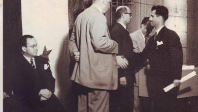 صورة يوسف الدبيسي يتسلم شهادة إجازة في التاريخ – جامعة دمشق عام 1951