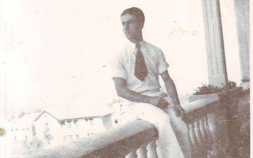 صورة يوسف الدبيسي على شرفة نادي الضباط في السويداء عام 1941
