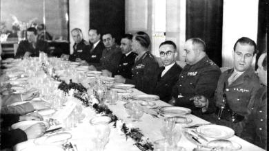 صورة المأدبة التي أقامها ناظم القدسي للجنرال البريطاني روبرتسون 1951 (1)