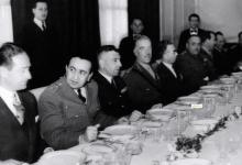 صورة المأدبة التي أقامها ناظم القدسي للجنرال البريطاني روبرتسون 1951 (2)