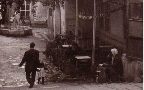 صورة نزلة مقهى النوفرة في دمشق في ستينيات القرن العشرين
