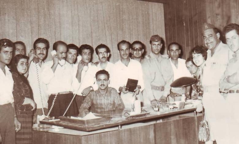 صورة أعضاء في نادي الفنون الجميلة في السويداء في مكتب عبد الكريم قاسم في بغداد عام 1963