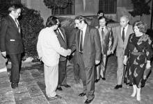 صورة فاتح المدرس يصافح محمود الزعبي في حفل تكريم الفنانين التشكيليين عام 1989م