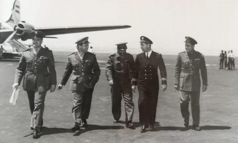 صورة مجموعة من الضباط السوريين في مطار المزة عائدين من زيارة لمصر عام 1956