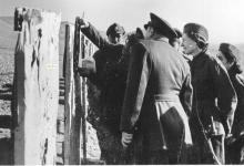 صورة اللواء توفيق نظام الدين في زيارة لأحد مواقع التدريب على الرمي للفتيـات 1956 (3)